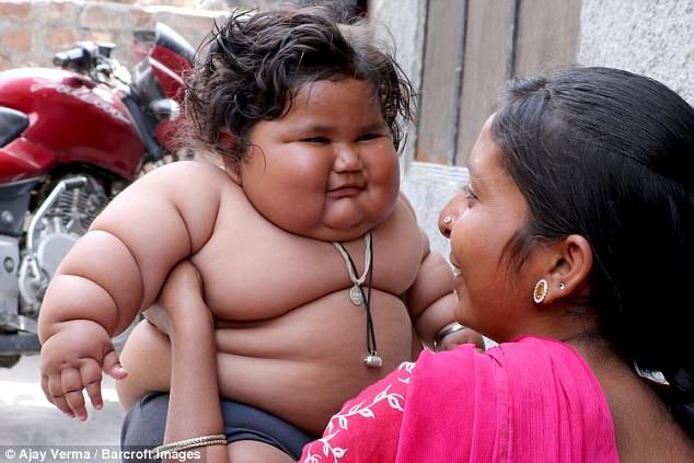 Bé gái 8 tháng tuổi nặng 17kg, cha mẹ đổ lỗi cho thần linh - 5
