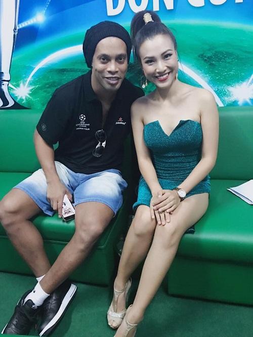 """Ronaldinho """"lơ"""" Thủy Tiên, """"mê mẩn"""" nữ MC Việt mặc siêu ngắn - 1"""