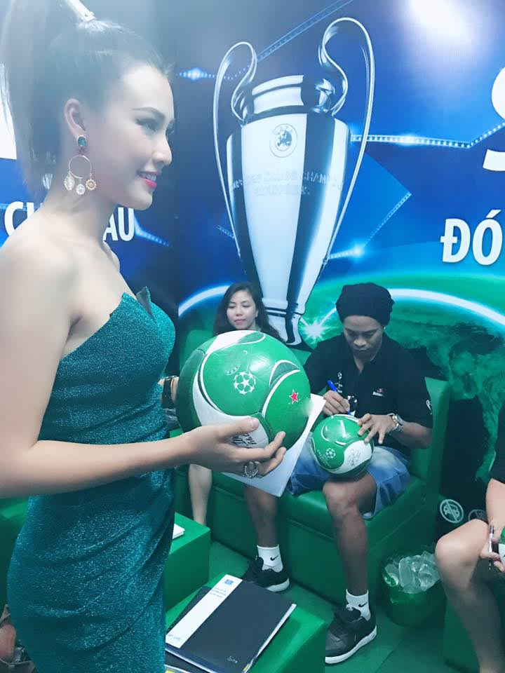 """Ronaldinho """"lơ"""" Thủy Tiên, """"mê mẩn"""" nữ MC Việt mặc siêu ngắn - 3"""