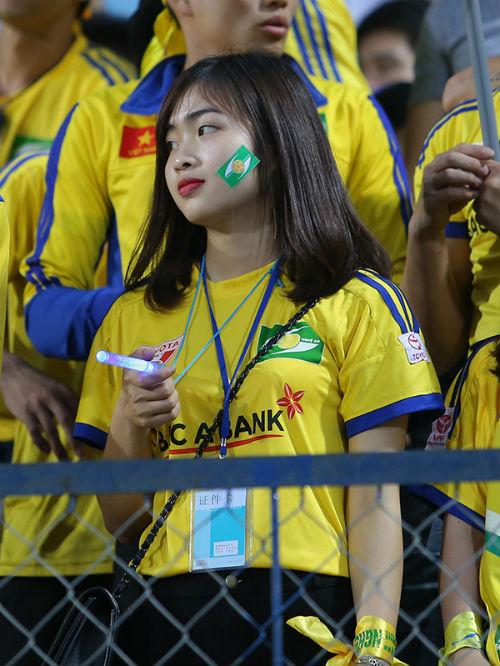"""Hàng ngàn fan nữ xinh SLNA tiếp lửa """"Ronaldo Việt Nam"""" - 11"""