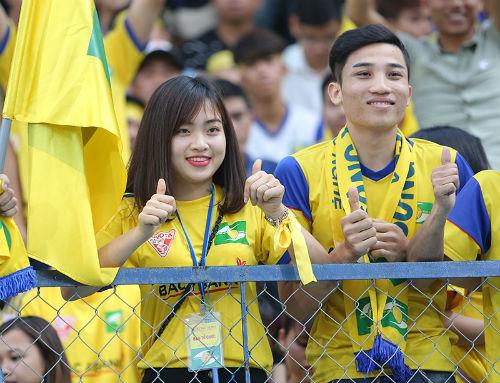 """Hàng ngàn fan nữ xinh SLNA tiếp lửa """"Ronaldo Việt Nam"""" - 1"""