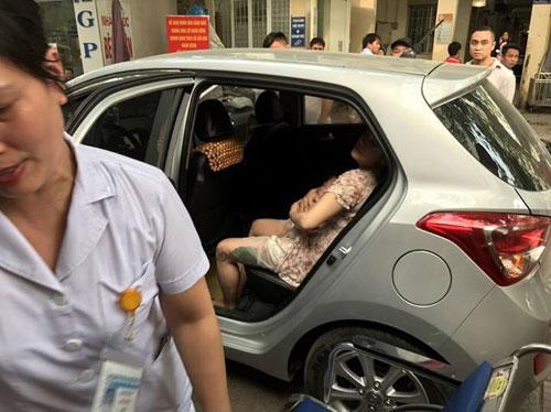CSGT mở đường cho sản phụ đẻ con trên ô tô tới viện an toàn - 1