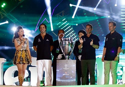 Công Vinh đưa Thủy Tiên đi trình diễn trước Ronaldinho - 2