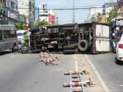 Tin tức trong ngày - Tránh xe máy chạy cắt mặt, xe tải gây họa cho cặp vợ chồng