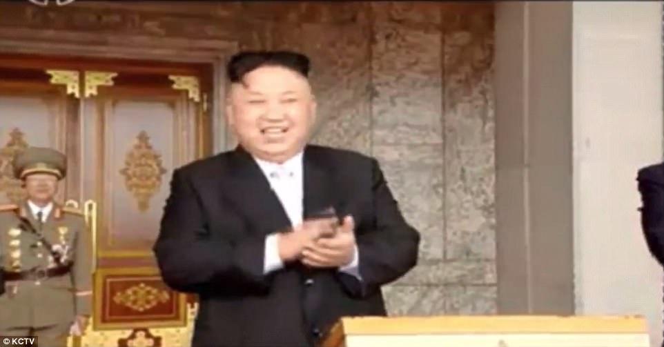 Video: Hàng chục ngàn quân Triều Tiên rầm rộ duyệt binh - 2