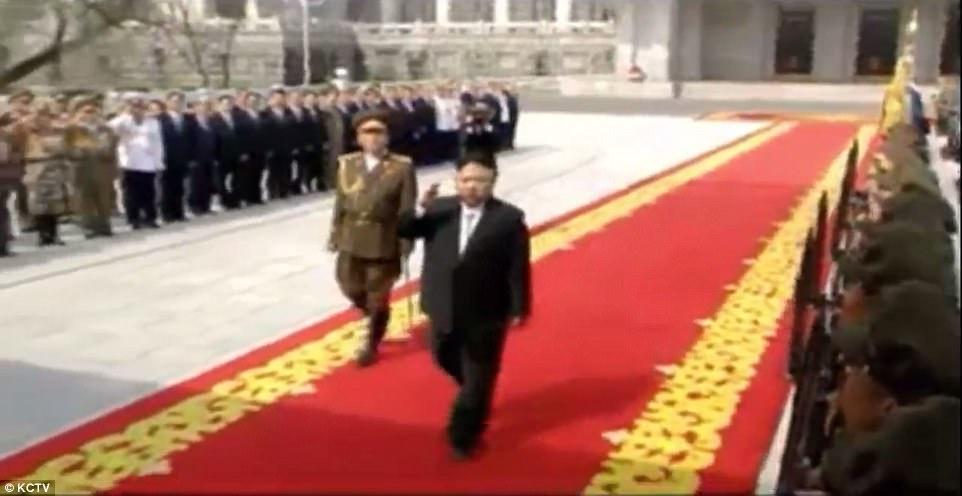 Video: Hàng chục ngàn quân Triều Tiên rầm rộ duyệt binh - 1