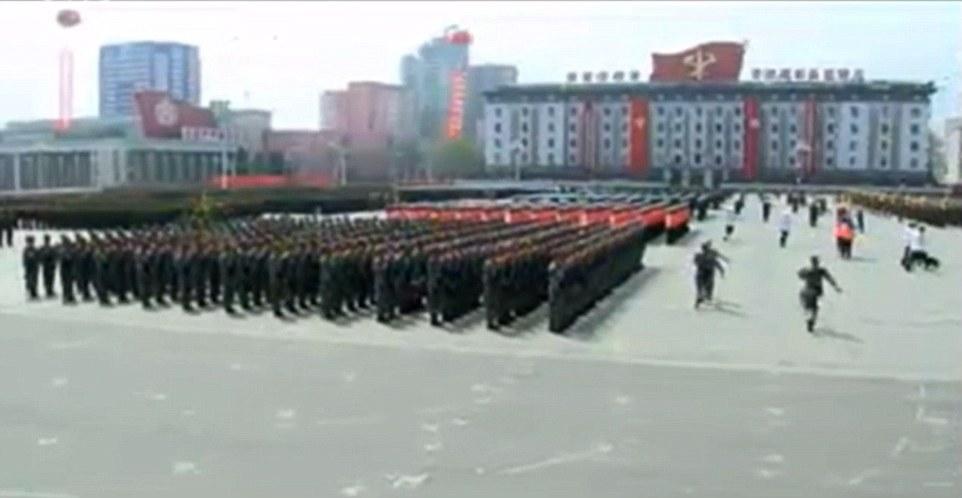 Video: Hàng chục ngàn quân Triều Tiên rầm rộ duyệt binh - 7