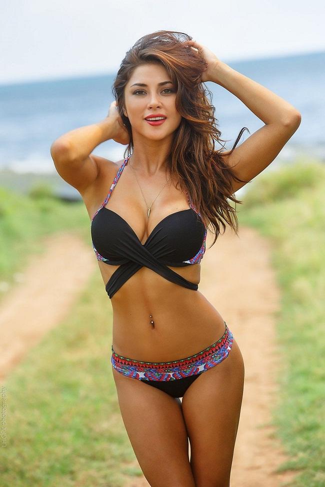 Arianny Celeste sinh năm 1985, là một người mẫu Mỹ dày dạn kinh nghiệm. Cô trở nên nổi tiếng khi trở thành ring girl cho UFC. Nhờ sắc vóc nóng bỏng, cô từng được mời chụp hình cho Maxim, FHM, Playboy…