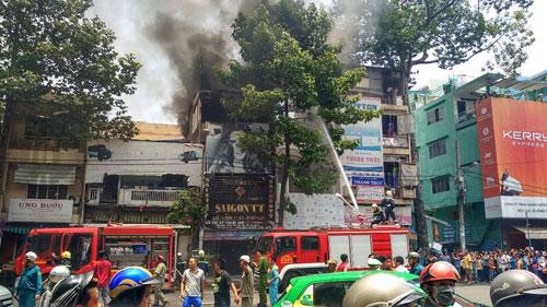 """Dân vây kín xem cháy nhà, lực lượng chức năng """"mỏi miệng"""" nhắc nhở - 3"""