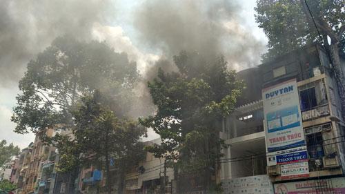 """Dân vây kín xem cháy nhà, lực lượng chức năng """"mỏi miệng"""" nhắc nhở - 2"""