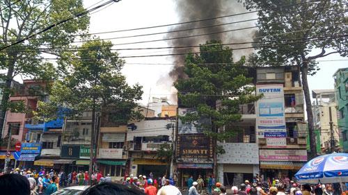 """Dân vây kín xem cháy nhà, lực lượng chức năng """"mỏi miệng"""" nhắc nhở - 1"""