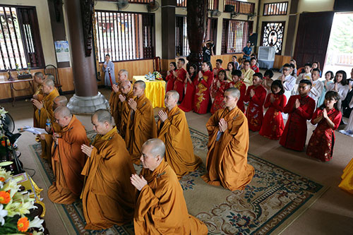 Độc đáo lễ cưới nơi cửa phật của 14 cặp đôi Hà Thành - 1