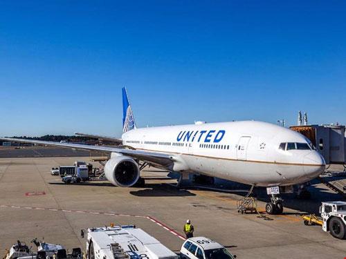 United Airlines đổi chính sách sau vụ kéo lê hành khách - 1