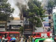 """Tin tức trong ngày - Dân vây kín xem cháy nhà, lực lượng chức năng """"mỏi miệng"""" nhắc nhở"""