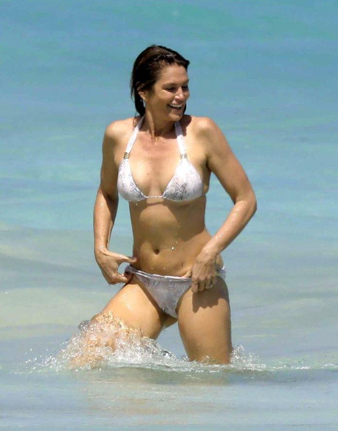 Hình thể bikini gợi cảm hơn gái 20 của mỹ nhân U60, U70 - 1