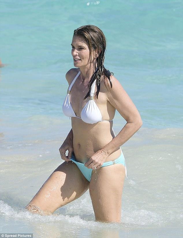 Hình thể bikini gợi cảm hơn gái 20 của mỹ nhân U60, U70 - 2