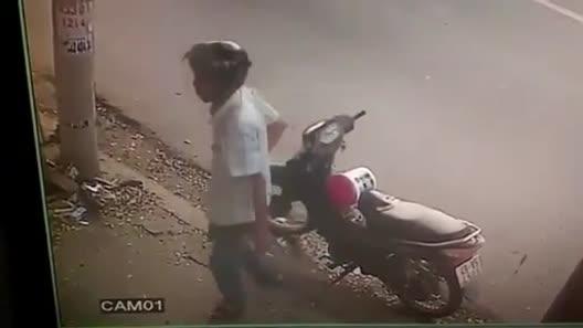 """Trộm bột giặt, thanh niên bị nữ chủ hàng """"xông phi"""" giữa Sài Gòn"""