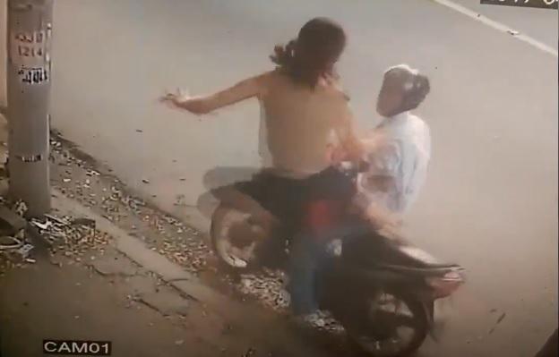 """Trộm bột giặt, thanh niên bị nữ chủ hàng """"xông phi"""" giữa Sài Gòn - 1"""