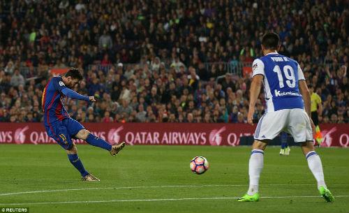 """Messi toàn năng: Ronaldo cũng """"hít khói"""" ở khoản sút xa - 1"""
