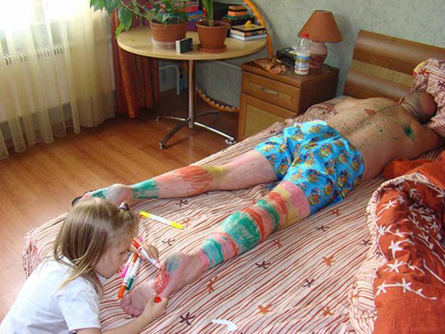 """Bố cứ ngủ đi,  """" tranh """"  cứ để con vẽ."""