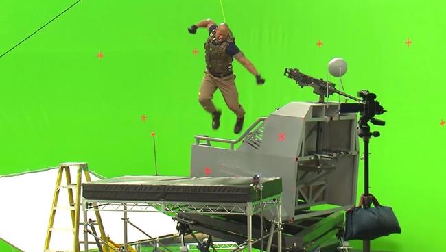 """""""Fast and furious"""" là series phim bom tấn đình đám nhất thế giới với doanh thu hàng chục tỷ đô la. Những màn đua xe hấp dẫn trên màn ảnh khiến nhiều người tò mò về hậu trường làm phim của """"gã đầu trọc"""" Vin Diesel. """"The Rock"""" Dwayne Johnson đánh nhau với không khí trong một cảnh quay Fast 6."""
