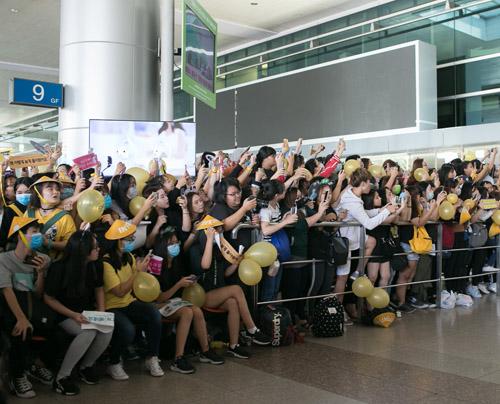 Sân bay Việt náo loạn vì nhóm trai đẹp Hàn Quốc - 1