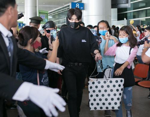 Sân bay Việt náo loạn vì nhóm trai đẹp Hàn Quốc - 3