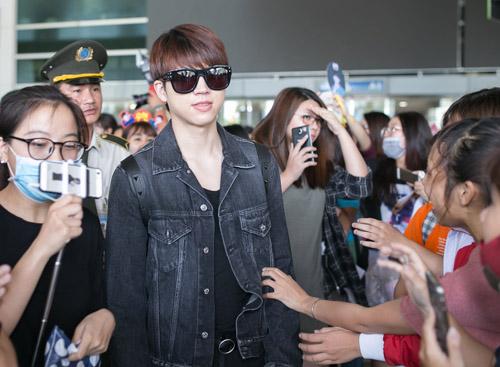 Sân bay Việt náo loạn vì nhóm trai đẹp Hàn Quốc - 4