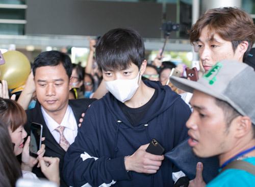 Sân bay Việt náo loạn vì nhóm trai đẹp Hàn Quốc - 5