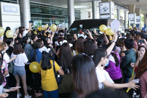 Sân bay Việt náo loạn vì nhóm trai đẹp Hàn Quốc - 7