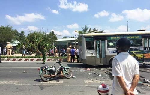 Xe buýt lật, đè chết hai vợ chồng đi xe máy ở miền Tây - 1