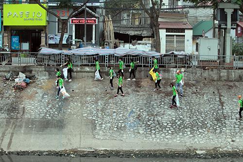 """""""Ông Tây móc cống"""" cùng hàng trăm bạn trẻ lội sông Tô Lịch dọn rác - 1"""