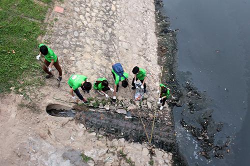 """""""Ông Tây móc cống"""" cùng hàng trăm bạn trẻ lội sông Tô Lịch dọn rác - 2"""