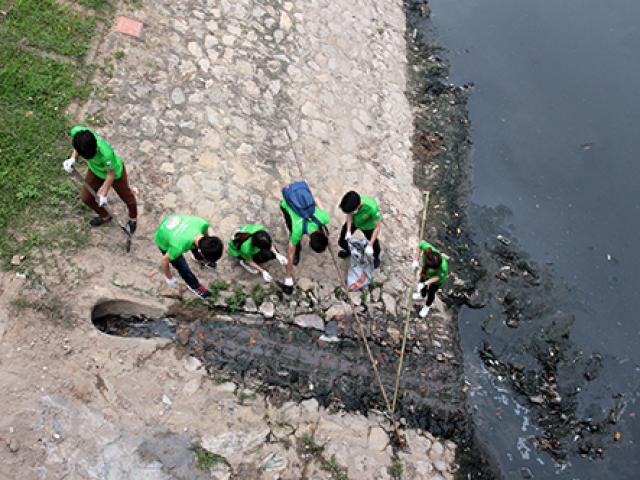 """""""Ông Tây móc cống"""" cùng hàng trăm bạn trẻ lội sông Tô Lịch dọn rác"""