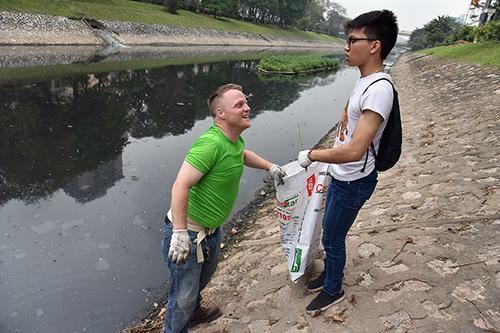 """""""Ông Tây móc cống"""" cùng hàng trăm bạn trẻ lội sông Tô Lịch dọn rác - 5"""