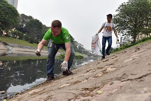 """""""Ông Tây móc cống"""" cùng hàng trăm bạn trẻ lội sông Tô Lịch dọn rác - 4"""