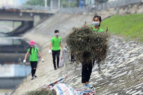 """""""Ông Tây móc cống"""" cùng hàng trăm bạn trẻ lội sông Tô Lịch dọn rác - 7"""