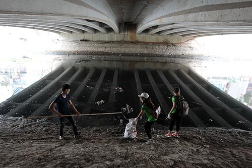 """""""Ông Tây móc cống"""" cùng hàng trăm bạn trẻ lội sông Tô Lịch dọn rác - 6"""