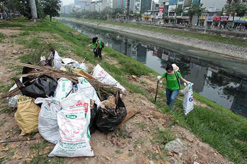 """""""Ông Tây móc cống"""" cùng hàng trăm bạn trẻ lội sông Tô Lịch dọn rác - 10"""