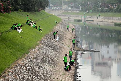 """""""Ông Tây móc cống"""" cùng hàng trăm bạn trẻ lội sông Tô Lịch dọn rác - 8"""