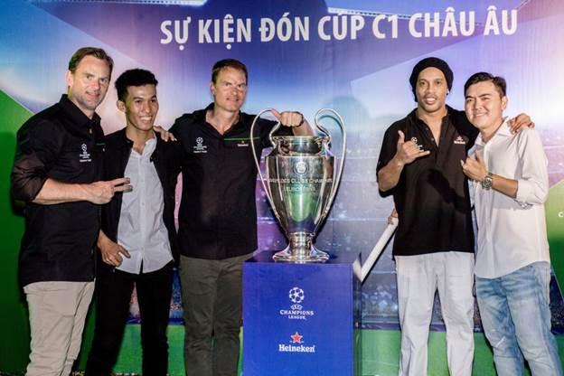 Bùng nổ xúc cảm đón cúp UEFA Champions League cùng Ronaldinho, Frank De Boer và Ronald De Boer - 7