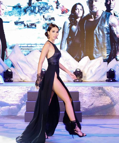 """Váy xẻ đến tận hông của Hà Anh """"đốt mắt"""" nhất tuần qua - 1"""