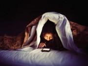 Sức khỏe đời sống - Dùng điện thoại trước khi ngủ: Hiểm họa khôn lường