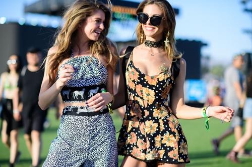"""Top gái đẹp chỉ mặc nội y nóng bỏng đi """"xõa"""" ở lễ hội âm nhạc - 1"""