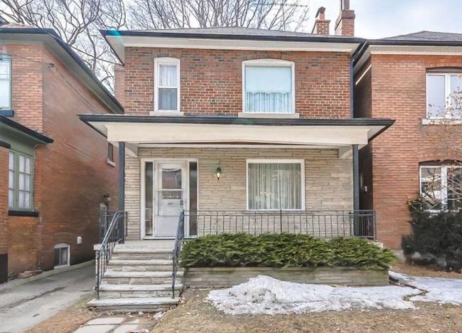 Ngôi nhà này nằm ở Toronto, Canada, được xây dựng cách đây hơn 72 năm. Bên ngoài, nó là một ngôi nhà 2 tầng không có gì nổi bật.
