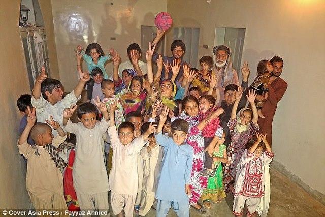 """Ông lão Pakistan có 54 con vì...ngày nào cũng """"yêu"""" - 3"""