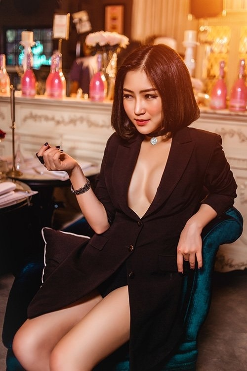 Hương Tràm hẳn là mỹ nữ mặc vest khoét không nội y đẹp nhất Vbiz - 3