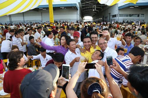 """4.000 anh em chí cốt """"vui quá xá"""" tại lễ hội bia lớn nhất miền Tây - 4"""