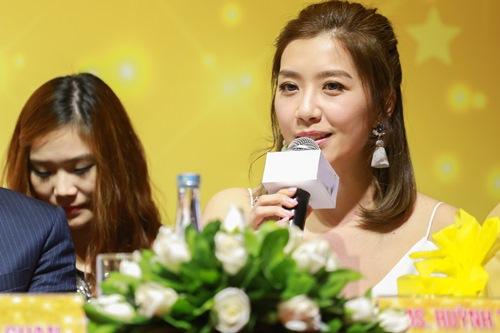 """Hoa hậu Hong Kong """"phát hờn"""" với nhan sắc bạn gái Ngô Kiến Huy - 8"""