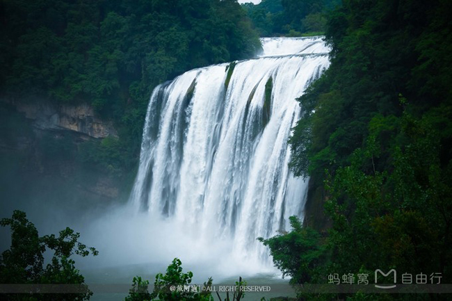 Động Thủy Liêm chính là Hoa Quả Sơn trong phiên bản năm 1986, nằm trong khu vực thác nước Hoàng Quả Thúc, du khách có thể lựa chọn đi bộ hoặc đi thang máy đến điểm này, chạm tay qua làn nước mát lạnh để cảm nhận dòng nước chảy xuống, cảm nhận thế giới phía sau thác nước này.